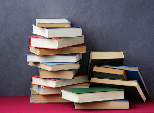 Pilha de livros nas capas coloridas na mesa
