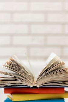 Pilha de livros no espaço da cópia