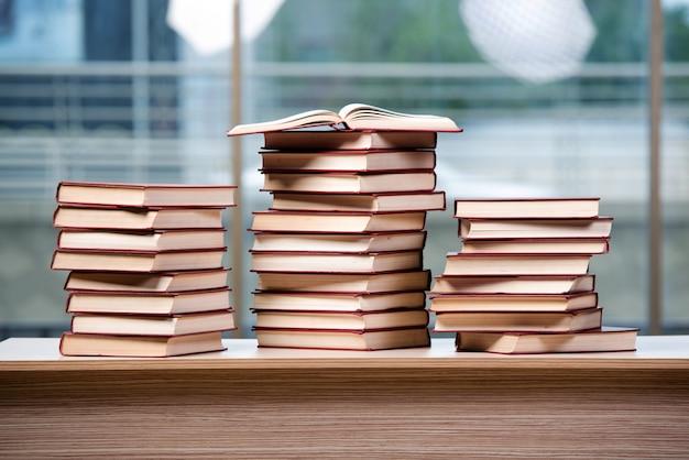 Pilha de livros organizados na mesa do escritório