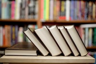 Pilha de livros que se encontram na biblioteca