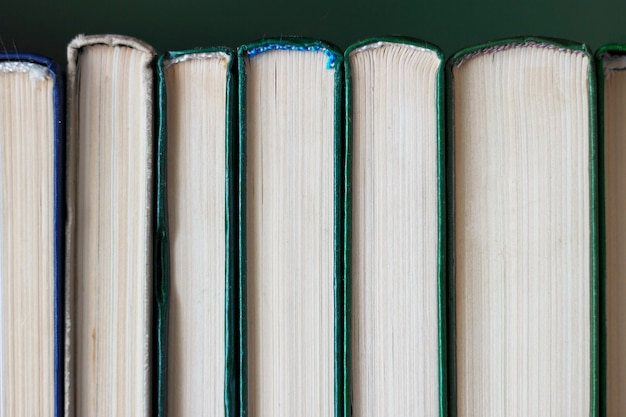 Pilha de livros retrô de papel close-up, fundo vintage
