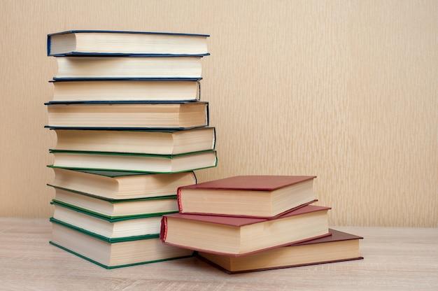 Pilha de livros sobre a mesa em um fundo neutro