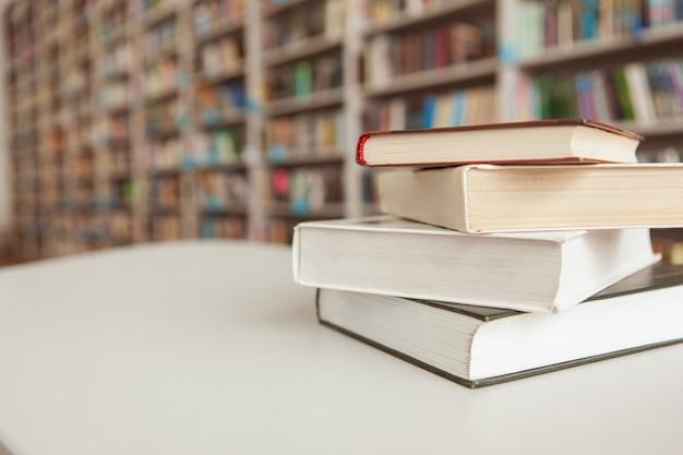Pilha de livros sobre a mesa na biblioteca