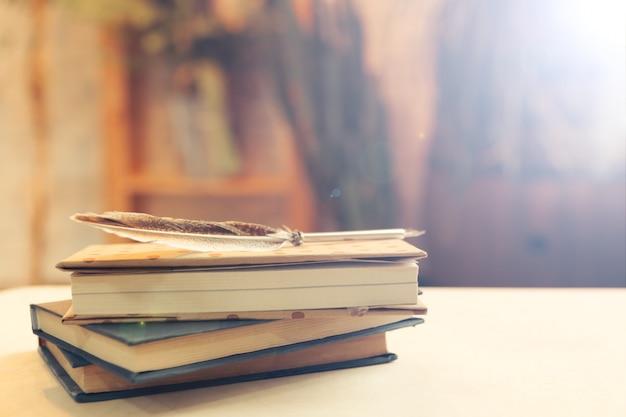 Pilha de livros sobre a mesa
