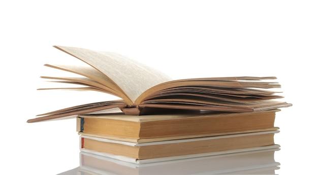 Pilha de livros sobre um fundo branco e isolado. livros velhos. educação. escola. estude