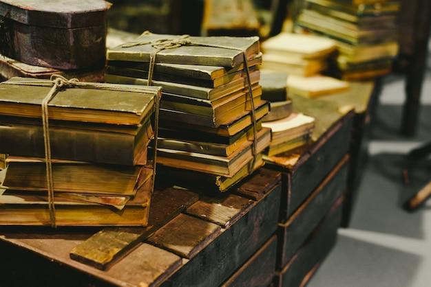 Pilha de livros velhos armazenados na ruína em um tronco velho do vintage.