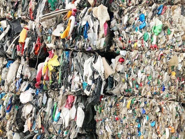 Pilha de lixo é reciclada.