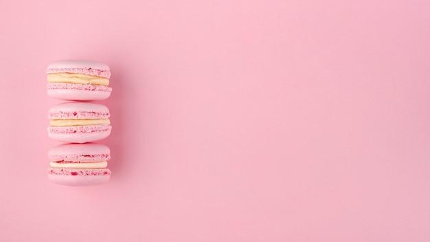 Pilha de macarons com espaço de cópia para dia dos namorados