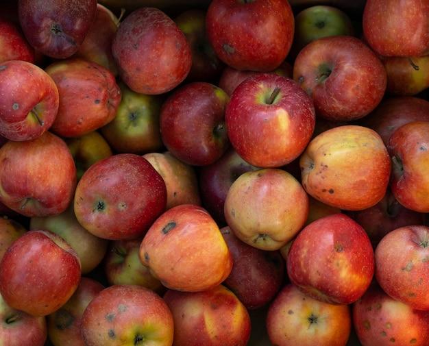 Pilha de maçãs no mercado