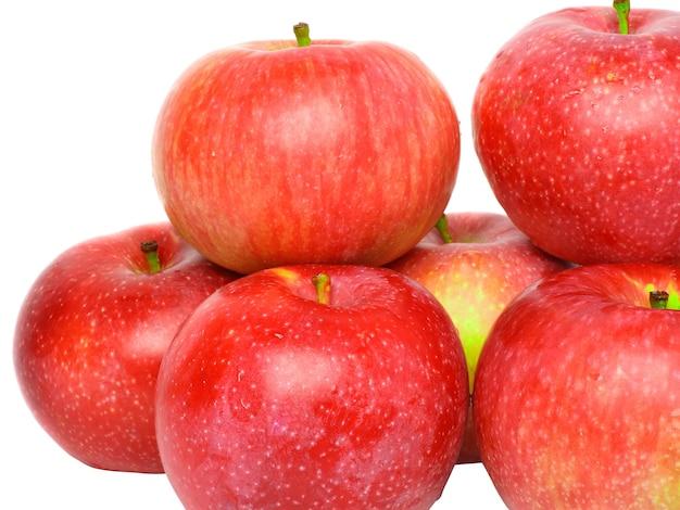 Pilha de maçãs vermelhas maduras. isolado sobre o branco.