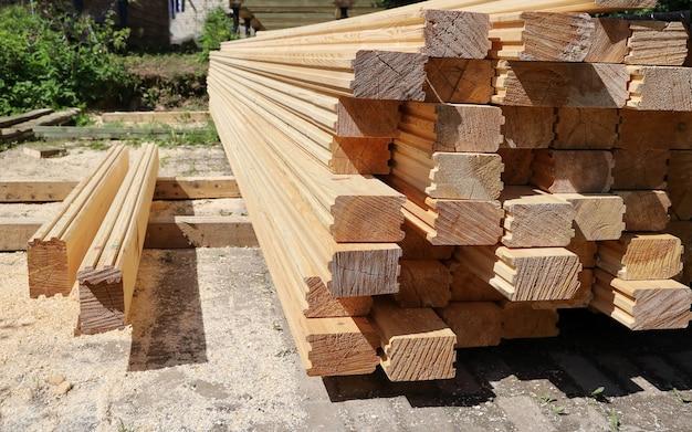 Pilha de madeira calibrada para madeira para construção de casas, a céu aberto