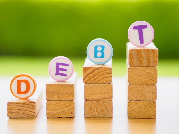 Pilha de madeira no conceito do débito no conceito do débito.