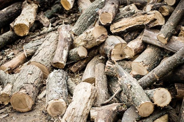 Pilha de madeira serrada, close-up, fundo natural, textura