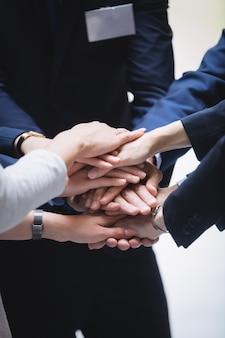 Pilha de mãos de pessoas de negócios