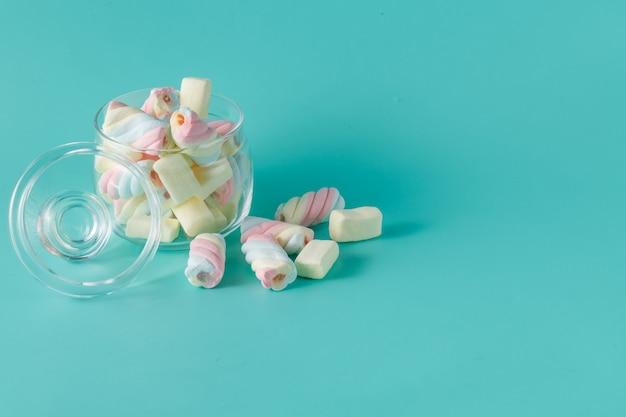 Pilha de marshmallow torcido colorido