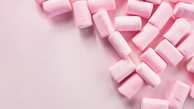 Pilha de marshmallows em rosa