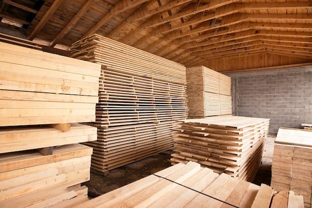Pilha de material de pranchas de madeira para construção ou indústria de carpintaria, secagem em armazém.