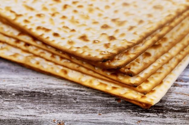 Pilha de matzah ou matza em um fundo de madeira vintage