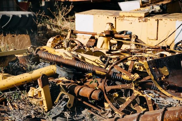 Pilha de metal enferrujado em um lixão.