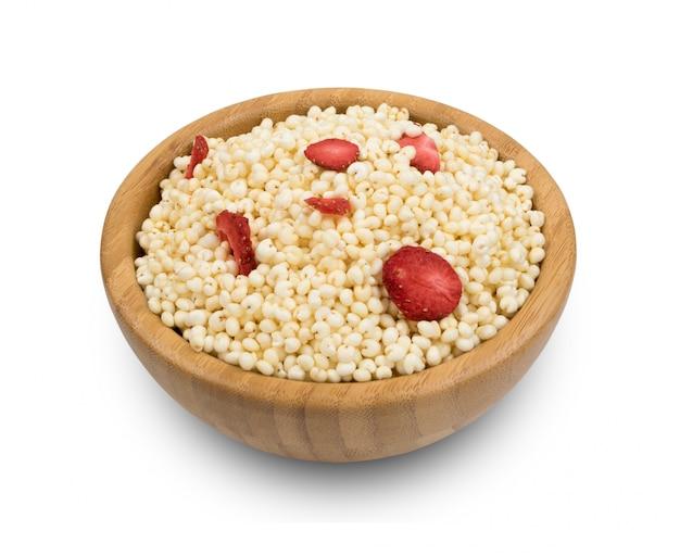 Pilha de milho inchado isolado