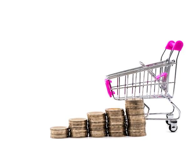 Pilha de moeda no carrinho de compras isolado no fundo branco.