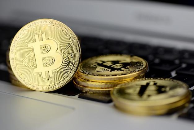 Pilha de moedas bitcoin no teclado do laptop