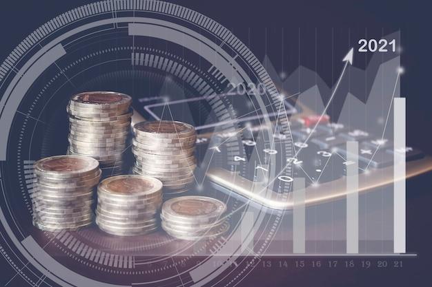 Pilha de moedas, calculadora e gologograma virtual de estatísticas, gráfico com seta para cima. conceito de dinheiro
