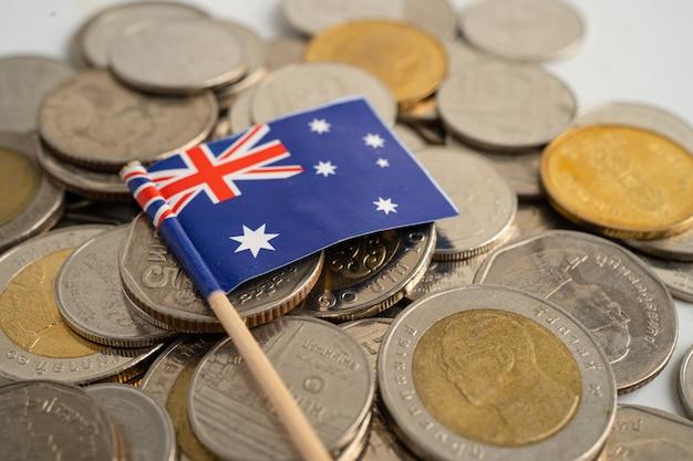 Pilha de moedas com a bandeira da austrália em fundo branco. bandeira em fundo branco.