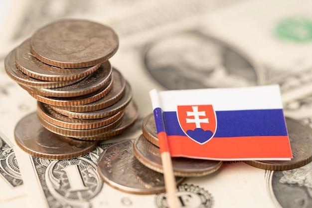 Pilha de moedas com a bandeira da eslováquia em fundo de notas de dólar americano.