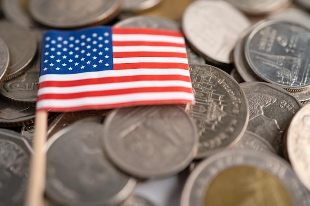 Pilha de moedas com a bandeira dos eua da américa, conceito de finanças.
