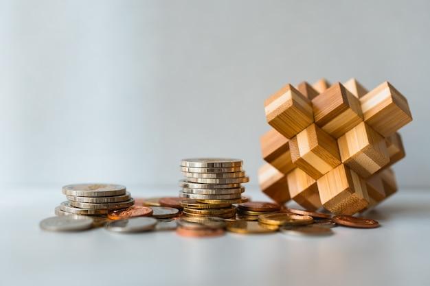 Pilha de moedas com bloqueio de madeira usando como negócios e conceito financeiro