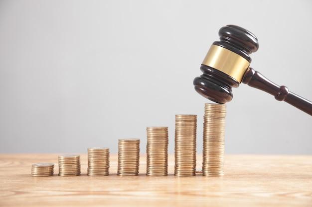 Pilha de moedas com martelo de juiz.