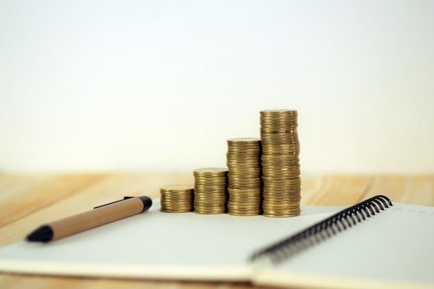 Pilha de moedas com papel de caderno
