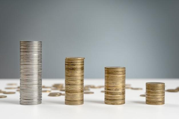 Pilha de moedas de alto ângulo