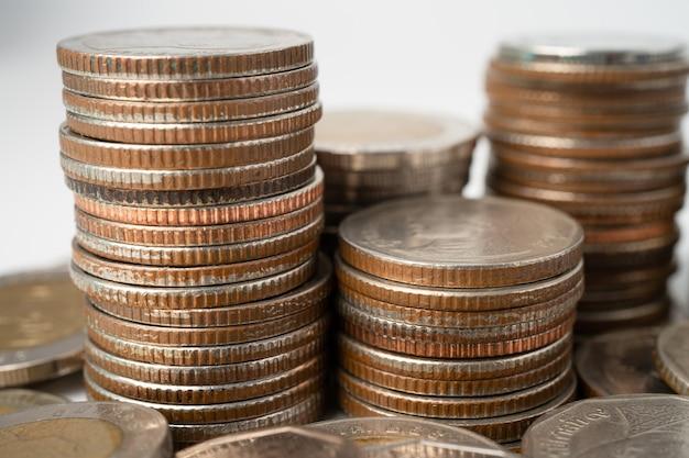 Pilha de moedas de baht tailandês em fundo branco, conceito de investimento de finanças empresariais.