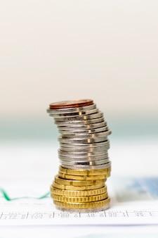 Pilha de moedas de close-up com fundo desfocado