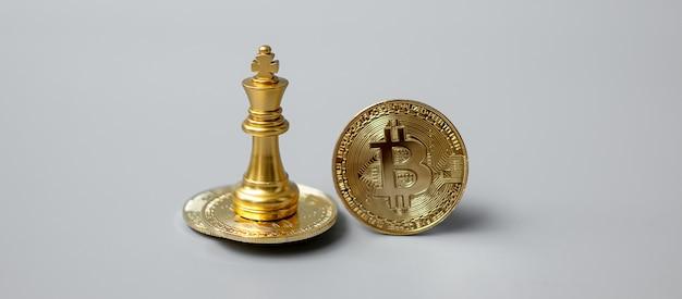 Pilha de moedas de criptomoeda bitcoin dourada e peça do chess king, crypto é dinheiro digital dentro da rede blockchain, é trocado usando tecnologia e troca de internet online. conceito financeiro