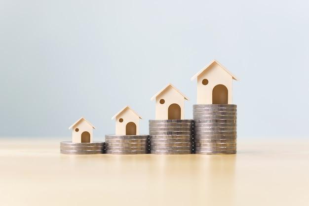 Pilha de moedas de dinheiro aumenta a crescente casa de crescimento