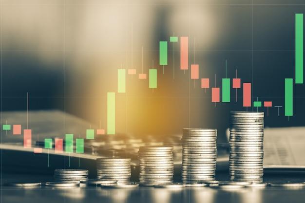 Pilha de moedas de dinheiro na mesa com gráfico comercial negócios e conceito financeiro