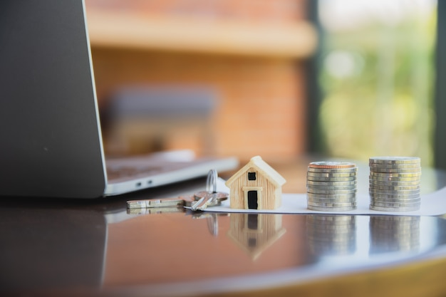 Pilha de moedas de empréstimo residencial na mesa vista lateral do computador conceito de fundo dinheiro investimento empresarial