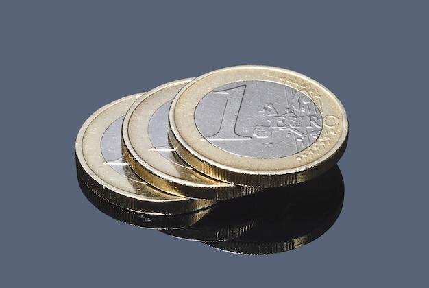 Pilha de moedas de euro em fundo cinza