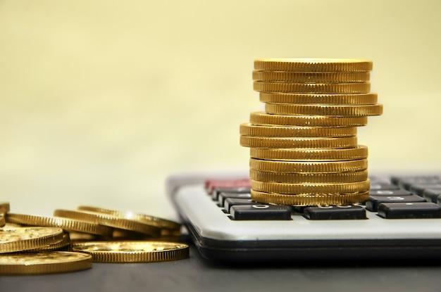 Pilha de moedas de ouro em uma calculadora