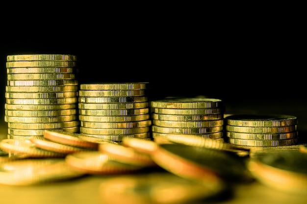 Pilha de moedas de ouro no escuro
