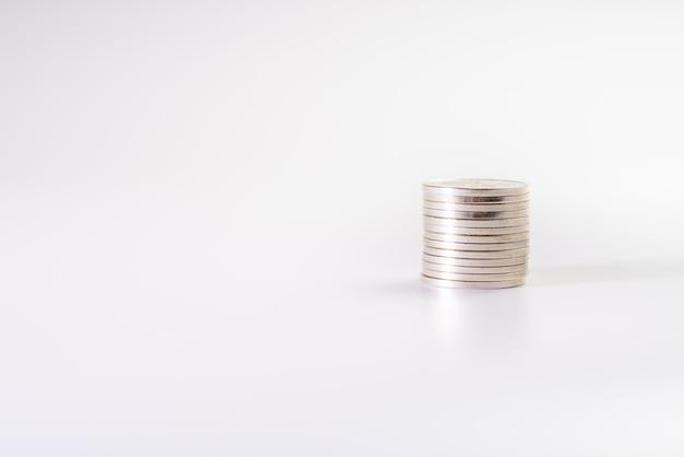Pilha de moedas de prata, isolado no fundo branco, indústria