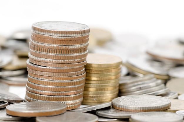 Pilha de moedas diferentes foto tomada close up
