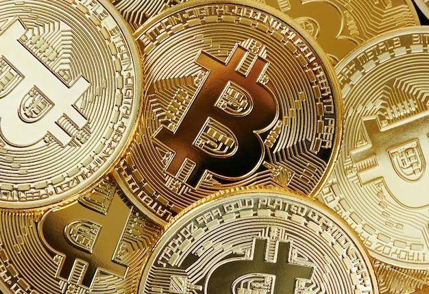 Pilha de moedas douradas de bitcoin
