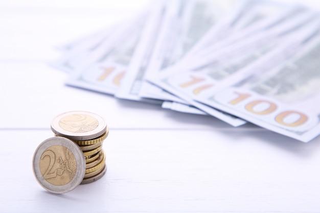 Pilha de moedas e dinheiro