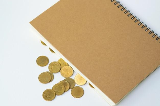 Pilha de moedas e papel de caderno