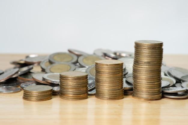 Pilha de moedas em cima da mesa de madeira