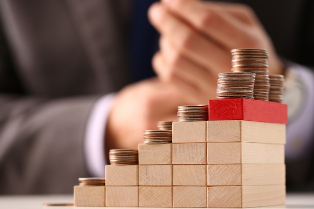 Pilha de moedas em cubos de madeira em forma de escada